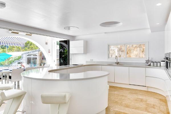 Helle Küche mit modernster Ausstattung