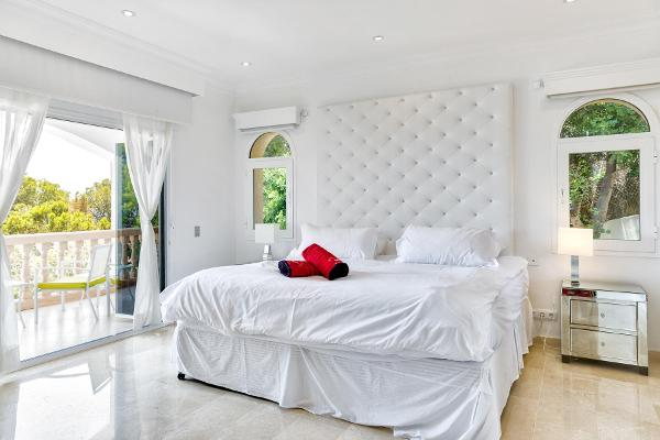 Schlafzimmer mit Doppelbett und Terrasse