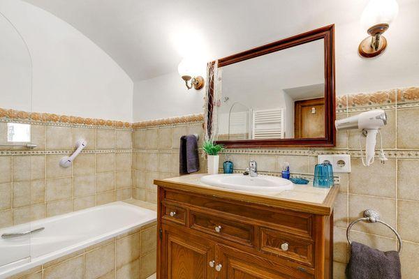 Weiteres Badezimmer mit Badewanne und Föhn