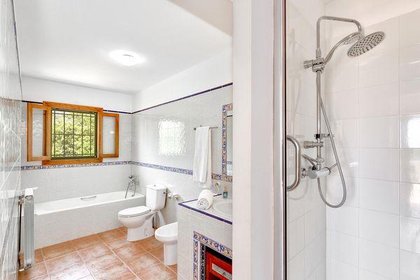Bad mit Dusche und Wanne im mallorquinischen Stil