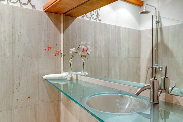 Badezimmer mit Glaswaschbecken