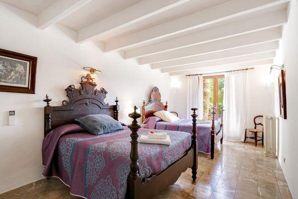 Herrschaftliches Schlafzimmer mit 2 Einzelbetten