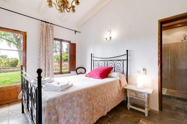 Schlafzimmer mit Doppelbett und Bad en Suite