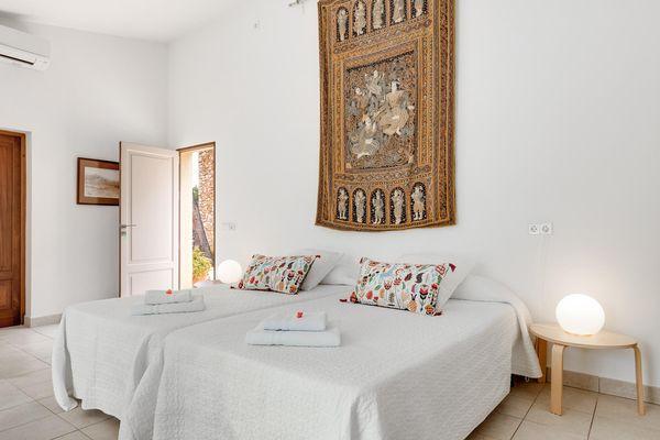 Schlafzimmer mit liebevoller Einrichtung