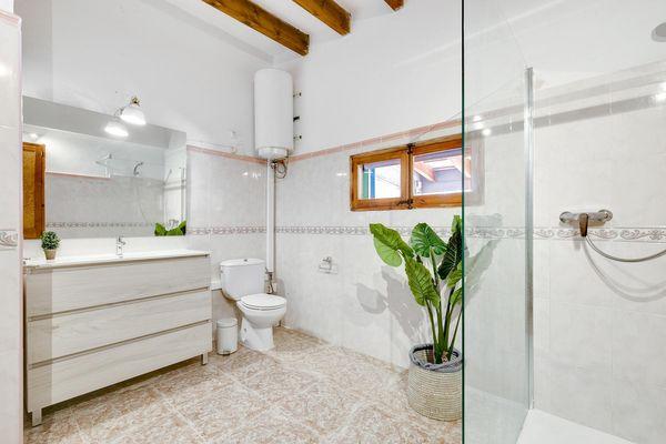 Grosses Badezimmer mit Dusche