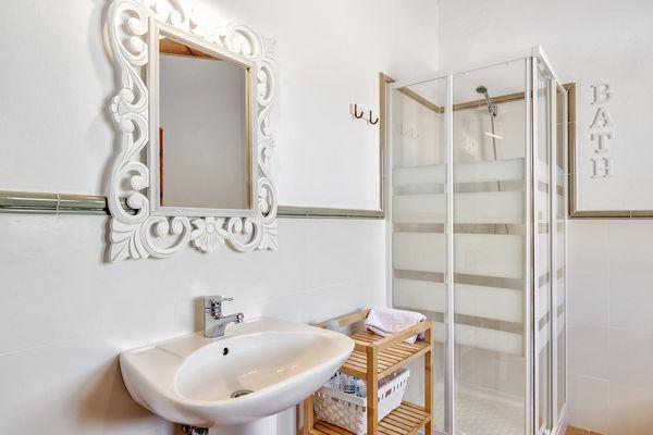 Schön eingerichtetes Badezimmer