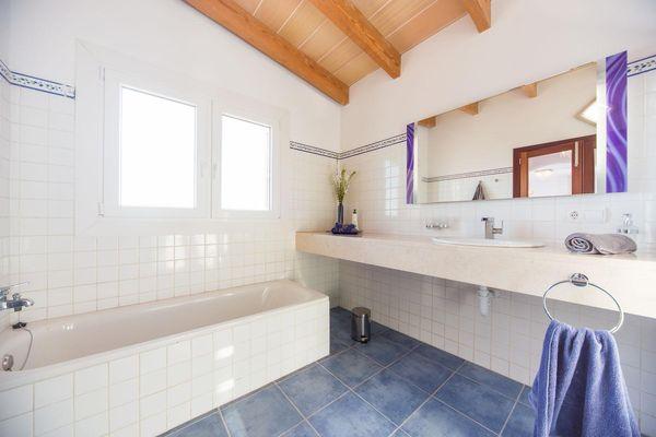Weiteres Badezimmer mit Wanne