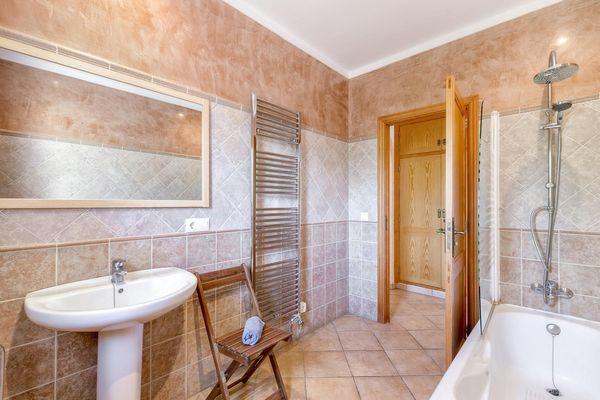Drittes Badezimmer mit Badewanne und integrierter Dusche