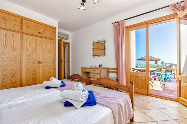 Erstes Schlafzimmer mit Einbauschrank und Zugang auf die Sonnenterrasse
