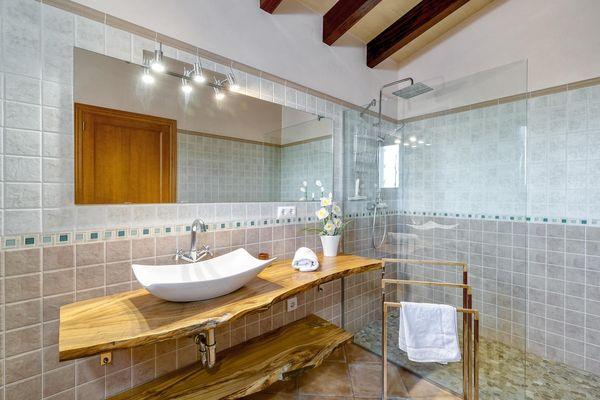 Wunderschönes Badezimmer mit ebenerdiger Dusche