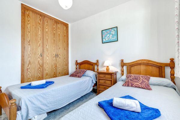 Schlafzimmer mit 2 Einzelbetten – Blick auf den Einbauschrank