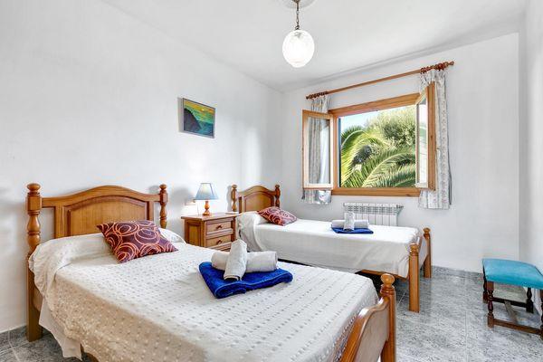 Schlafzimmer mit 2 Einzelbetten - Ausblick zum Garten