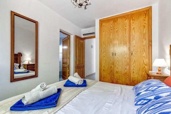 Schlafzimmer mit Doppelbett – Blick auf den Einbauschrank