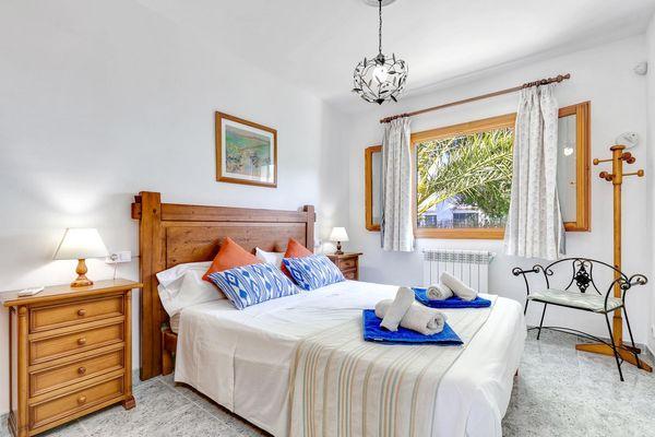 Schlafzimmer mit Doppelbett – Blick zum Garten