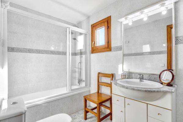 Zweites Badezimmer mit Wanne und Dusche