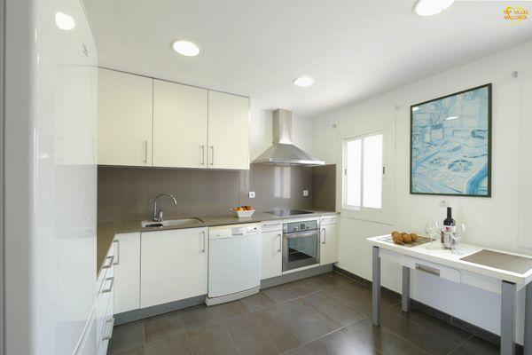 Moderne Küche mit Fenster