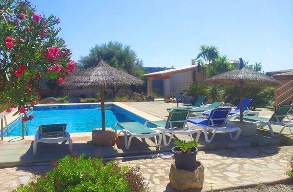Schöne Terrasse mit Pool