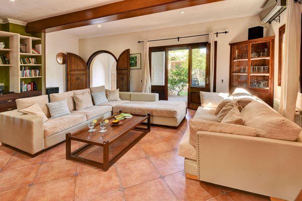 Gemütliches Wohnzimmer mit Sofas