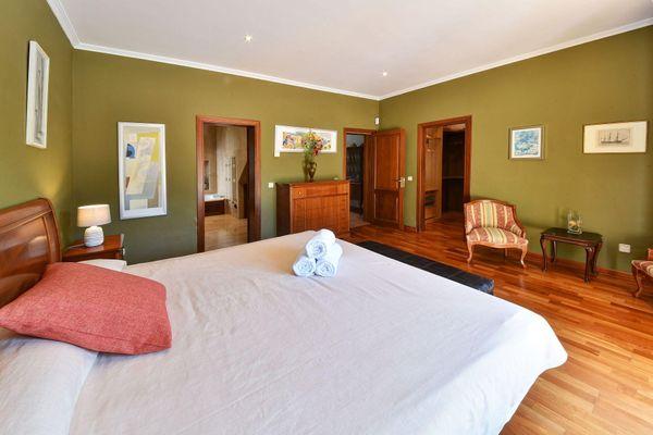 Schönes Schlafzimmer mit Doppelbett
