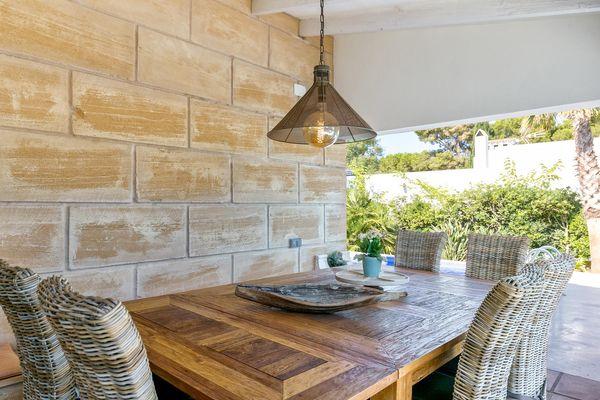 Fantastische Terrasse mit rustikalem Tisch