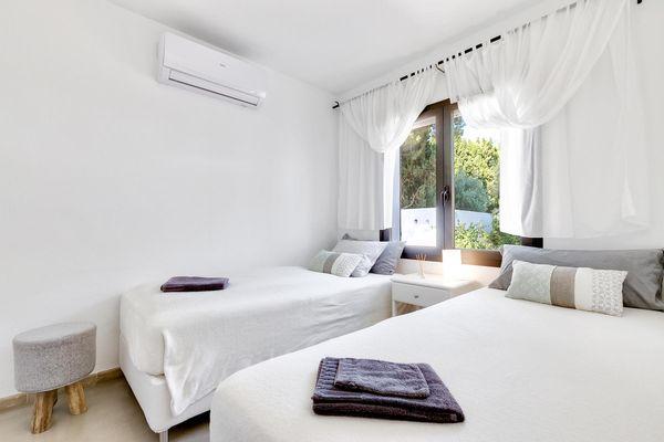 Helles Schlafzimmer mit zwei Einzelbetten