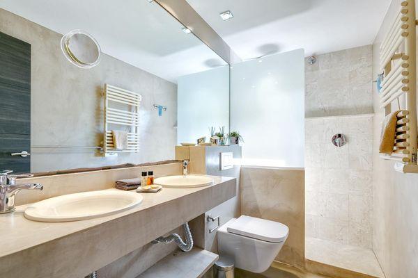 Modernes Bad mit grosser Glaswanddusche