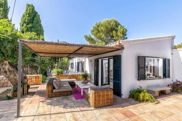 Überdachte Terrasse mit Sitzecke zum Relaxen
