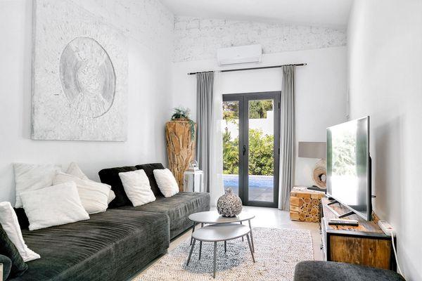 Wunderschöne bequeme Couch im Wohnzimmer