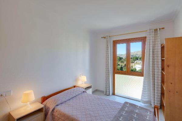 Helles schönes Schlafzimmer