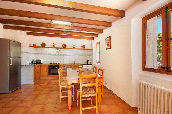 Küche mit Esstisch und modernen Geräten