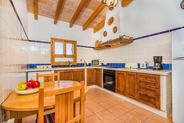 Rustikale und gut ausgestattete Einbauküche