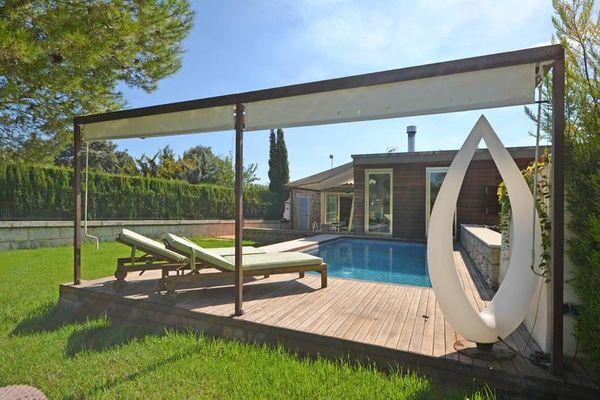 Schöne möblierte Terrasse am Pool