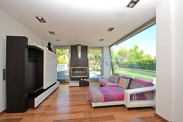 Wohnzimmer mit schönem Sofa