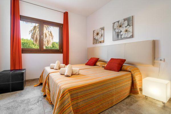 Helles Schlafzimmer mit Einzelbetten