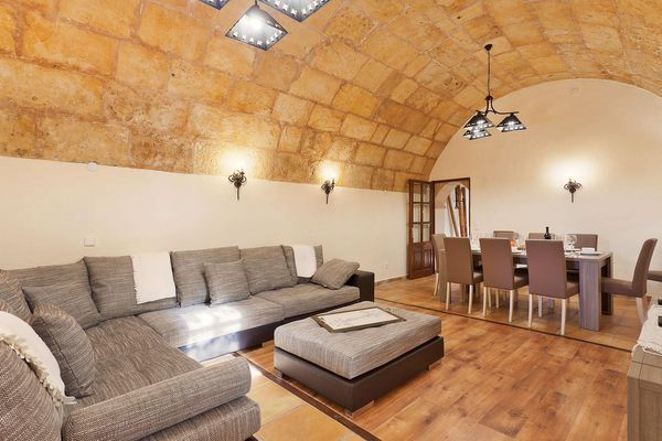 Wohnzimmer mit Gewölbecharme