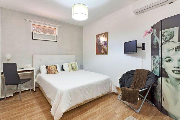 Gemütliches Schlafzimmer mit Doppelbett