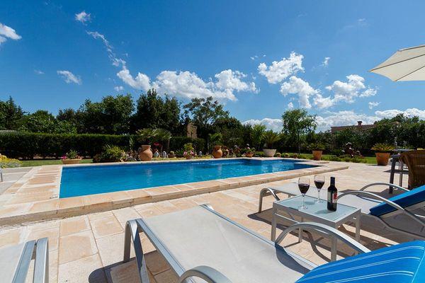 Pool mit Sonnenliegen zum Relaxen